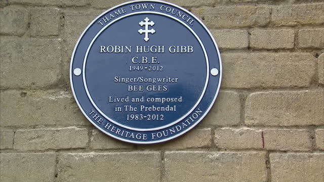 exterior shots blue plaque in honour of former bee gee robin gibb unveiled by his wife dwina & son robin-john at his former home memorial blue plaque... - the bee gees bildbanksvideor och videomaterial från bakom kulisserna