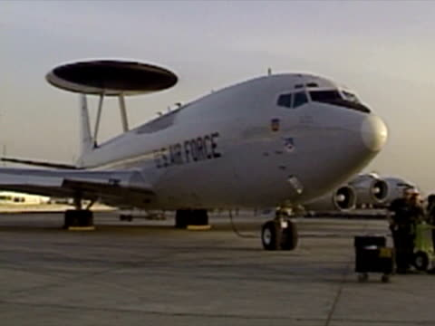 exterior shots boeing e-3 sentry awacs plane on runway in saudi arabia before gulf war i, radar dome above fuselage, crew boarding. awacs boeing e-3... - サウジアラビア点の映像素材/bロール