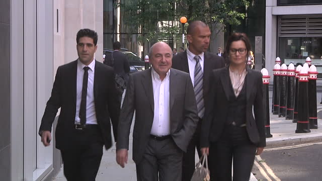 exterior shots boris berezovsky arrives at the high court with his legal team exiled russian oligarch boris berezovsky has lost his 32 billion pound... - 実業家 ボリス・ベレゾフスキー点の映像素材/bロール