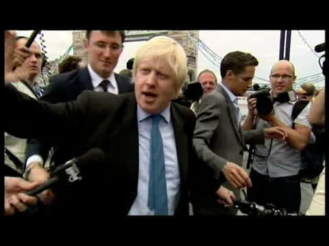 vidéos et rushes de exterior shots boris johnson arrives at city hall with bicycle mobbed by press comments on candidacy for london mayor - candidat