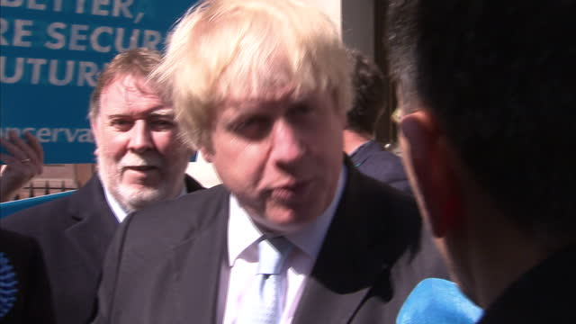 vídeos de stock e filmes b-roll de exterior shots boris johnson mayor of london conservative party campaigning in ramsgate exterior shots ukip supporters with banners standing in... - ramsgate