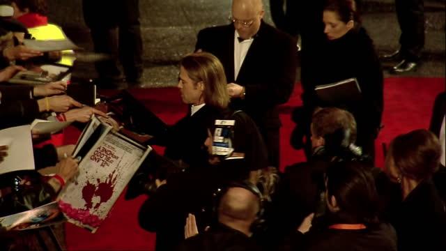 vídeos de stock e filmes b-roll de exterior shots brad pitt walks the red carpet signs autographs at the bafta 2012 awards arrivals brad pitt on the bafta 2012 red carpet on february... - autografar