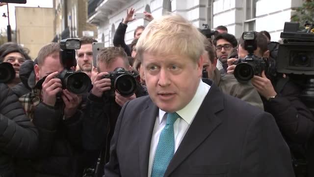 vidéos et rushes de exterior shots british mp boris johnson walking out of house to talk to media waiting outside. boris johnson soundbites on supporting leave europe... - boris johnson