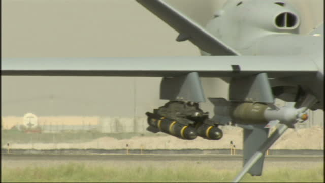 exterior shots british royal air force mq9 predator b reaper drone uav taxing armed w/ hellfire missiles exterior night shot predator uav taxxing to... - heer stock-videos und b-roll-filmmaterial