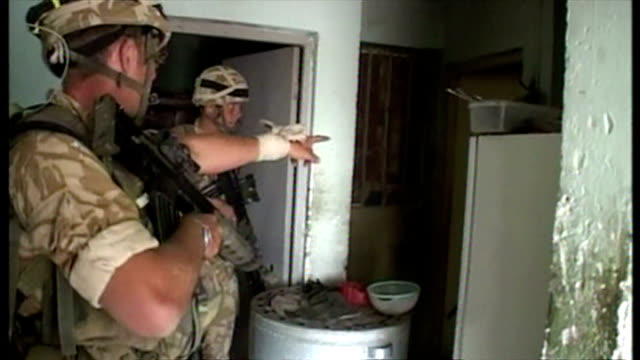 exterior shots british soldiers on patrol in umm qasr entering and searching houses, at the start of the 2003 invasion of iraq. on march 26, 2003 in... - searching点の映像素材/bロール
