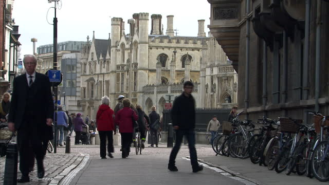 vídeos de stock, filmes e b-roll de exterior shots cambridge university press bookshop sign and students cycling past historic king's college buildings on march 11 2011 in cambridge... - king's college cambridge