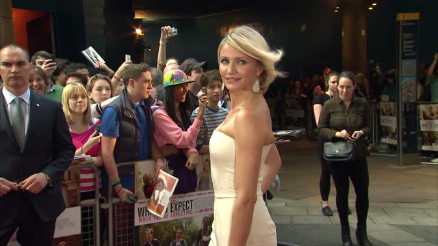 vídeos de stock e filmes b-roll de exterior shots cameron diaz gets out of car and poses for speaks to fans signs autographs poses for photographers on red carpet at premiere of the... - autografar