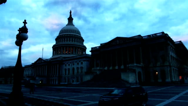 vídeos y material grabado en eventos de stock de exterior shots capitol hill at dawn with fast moving clouds in background america woke up to a government shutdown after a deeply polarised congress... - edificio federal