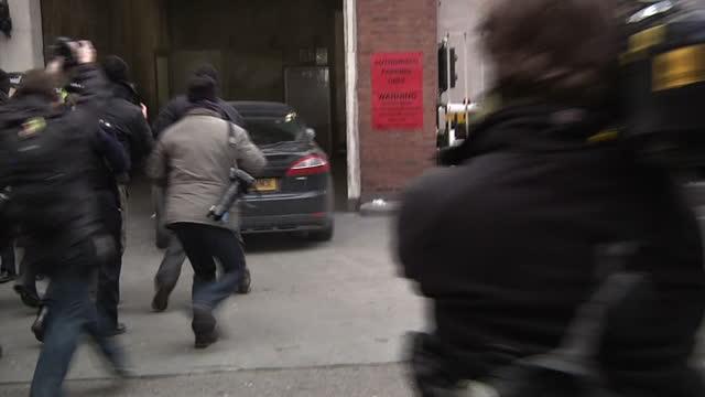vídeos de stock e filmes b-roll de exterior shots car carrying julian assange arrives at westminster magistrates court surrounded by snappers and press wikileaks julian assange's car... - lutjanídeo