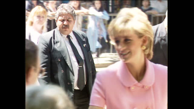 exterior shots car pulls up and princess diana steps out wearing pink outfit, greets members of the public in buenos aires, argentina on 23rd... - プリンセス点の映像素材/bロール
