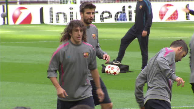 exterior shots carles puyol and gerard pique training with barcelona squad at wembley stadium ahead of the 2011 uefa champions league final. on may... - ピケ点の映像素材/bロール