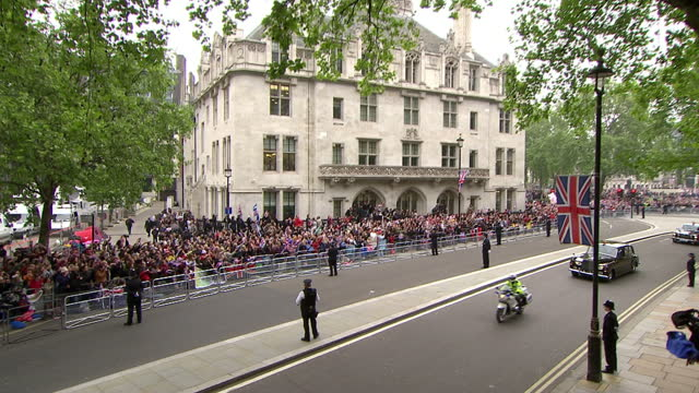 exterior shots cars carrying the duke of york, prince andrew & his daughters princess beatrice & eugenie drive through whitehall & up to westminster... - 1 minute or greater stock videos & royalty-free footage