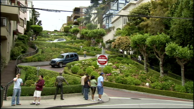 vídeos de stock, filmes e b-roll de exterior shots cars making their way through the hairpin turns on lombard street on april 02 2009 in san francisco california - lombard street san francisco