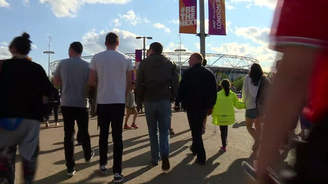 vidéos et rushes de exterior shots crowds arriving at the olympic stadium for the world athletics championships 2017, walking, shot from behind, stadium in view, diverse... - âges mélangés