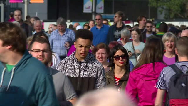 vidéos et rushes de exterior shots crowds arriving at the olympic stadium for the world athletics championships 2017, walking, some waving and wearing national flag of... - âges mélangés