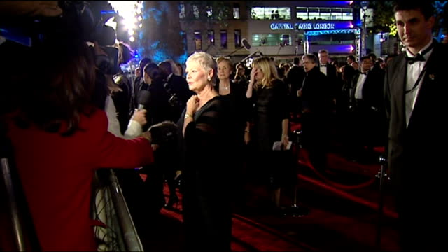 vidéos et rushes de exterior shots dame judi dench talking to press at casino royale premiere in london on 14th november 2006 - judi dench