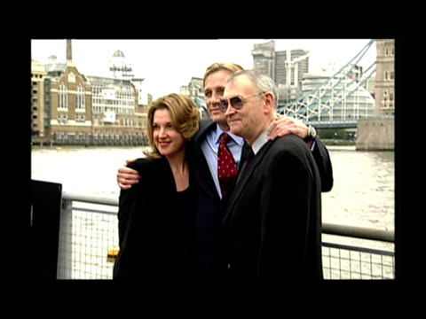 vídeos de stock, filmes e b-roll de exterior shots daniel craig poses for photo op on river thames exterior shots daniel craig james bond photo call on thames with directors producers... - daniel craig ator