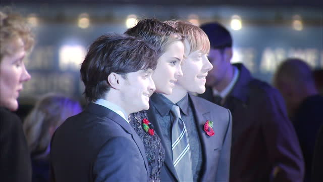 exterior shots daniel radcliffe, emma watson & rupert grint all pose together on the red carpet at the harry potter deathly hallows premiere harry... - harry potter titolo d'opera famosa video stock e b–roll