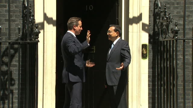 exterior shots david cameron, british prime minister and chinese premier, li keqiang shaking hands outside no 10 downing street. on june 17, 2014 in... - premierminister stock-videos und b-roll-filmmaterial