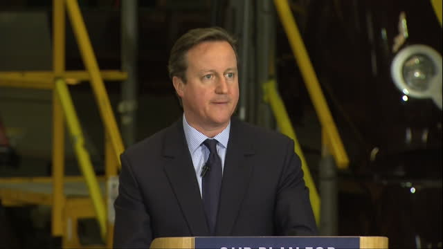 vídeos y material grabado en eventos de stock de exterior shots david cameron walking with reporter along train platform internal shots teleprompter interior shots david cameron at arriva traincare... - teleprompter