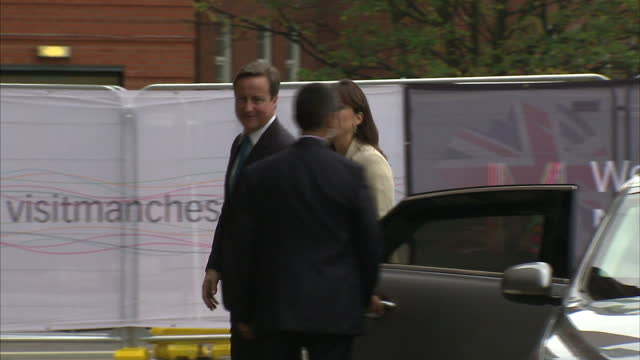 vídeos de stock, filmes e b-roll de exterior shots david samantha cameron walk from car holding hands over to conference centre pose with baroness warsi others before walking in david... - david cameron político