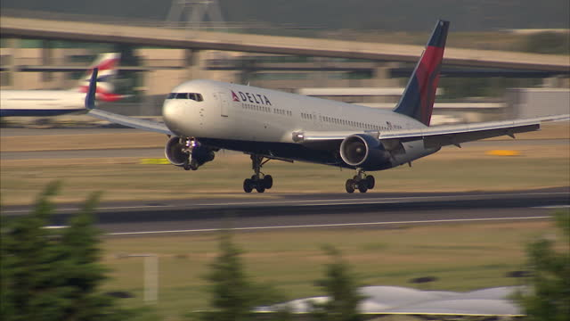 exterior shots delta air lines passenger plane landing at heathrow airport on july 01 2015 in london england - delta air lines stock-videos und b-roll-filmmaterial