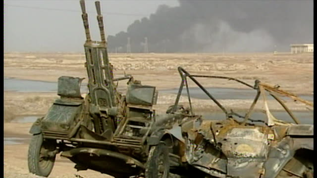 exterior shots destroyed iraqi artillery guns and t55 tanks at the side of the road at the start of the 2003 invasion of iraq on march 27 2003 in... - bassora video stock e b–roll