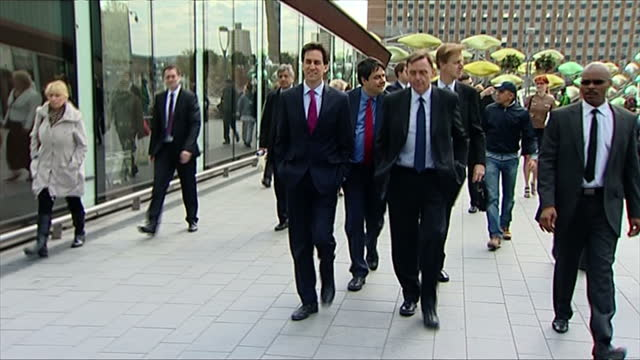 stockvideo's en b-roll-footage met exterior shots ed miliband walks with stephen twigg stephen timms others on walkabout in newham interior shots ed miliband chats with staff at... - britse labor partij