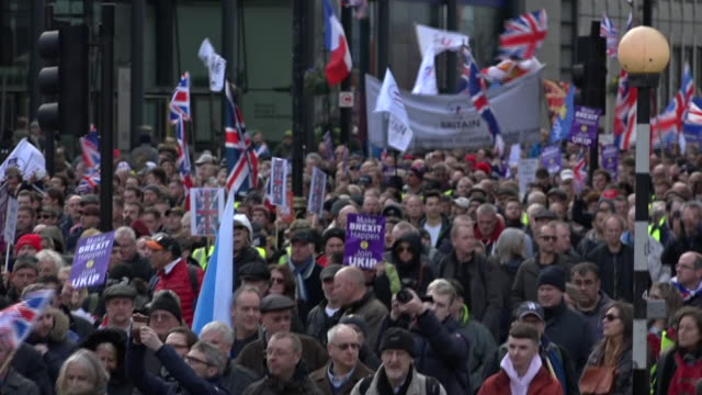 stockvideo's en b-roll-footage met exterior shots edl founder stephen yaxley-lennon aka tommy robinson takes part in a ukip-backed brexit betrayal rally on december 09, 2018 in london,... - brexit