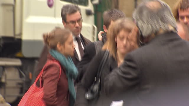 exterior shots edward woollard arrives at southwark crown court with his family surrounded by the press edward woollard the student protester who... - サウスワーク刑事法院点の映像素材/bロール