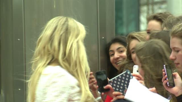 vídeos de stock, filmes e b-roll de exterior shots ellie goulding on red carpet signing autographs for fans on march 07 2014 in london england - ellie goulding