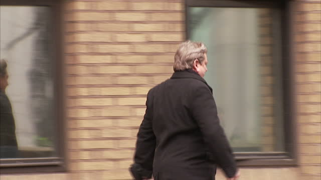 exterior shots eric illsley walking to southwark crown court surrounded by media scrm eric illsely has become the first sitting mp to be convicted of... - サウスワーク刑事法院点の映像素材/bロール