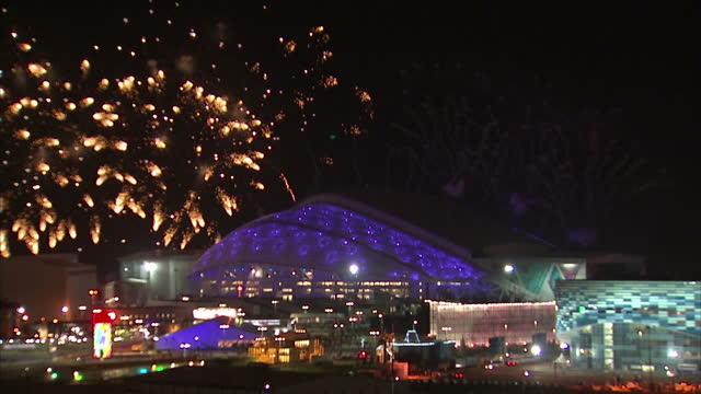 vídeos y material grabado en eventos de stock de exterior shots firework display above the fisht winter olympic stadium in sochi olympic park on in sochi russia - winter sports event