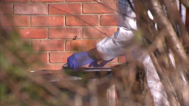 stockvideo's en b-roll-footage met exterior shots forensic investigators police searching back of house in search for missing girl becky watts on march 02 2015 in bristol england - vermiste personen