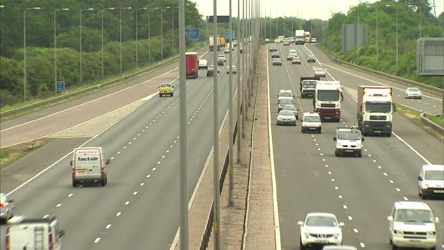 vídeos de stock, filmes e b-roll de exterior shots from bridge at traffic driving along the m5 motorway m5 motorway busy traffic shots on may 11, 2011 in bristol, england - 1 minuto ou mais