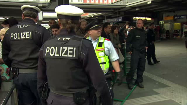 stockvideo's en b-roll-footage met exterior shots german police officers polizei at munich train station ahead of arrival of refugees on september 05 2015 in munich germany - polizei