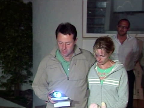 exterior shots gerry mccann accompanied by wife kate reads statement to press madeleine mccann parents statement to press on may 04 2007 in praia de... - madeleine mccann video stock e b–roll