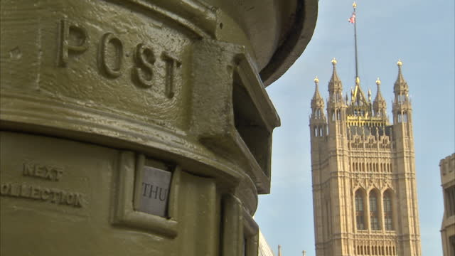 vídeos y material grabado en eventos de stock de exterior shots gold royal mail post box outside the houses of parliament in westminster. royal mail undervalued by the government on october 24, 2013... - buzón postal