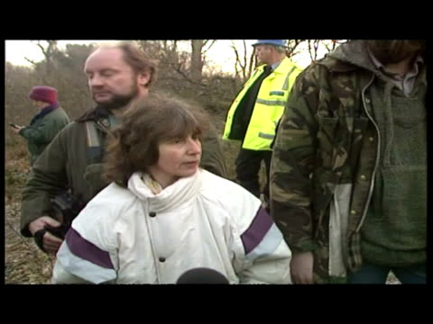 vidéos et rushes de exterior shots group of angry protesters talk to senior police officer ian blair about police violence - newbury angleterre