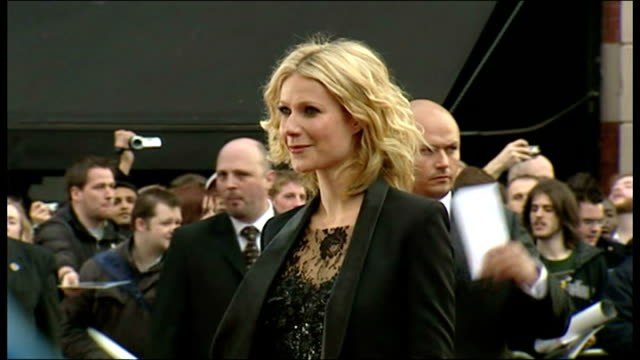 vidéos et rushes de exterior shots gwyneth paltrow, actress, posing for photographs and signing autographs on the red carpet for the premiere of iron man at the odeon... - première