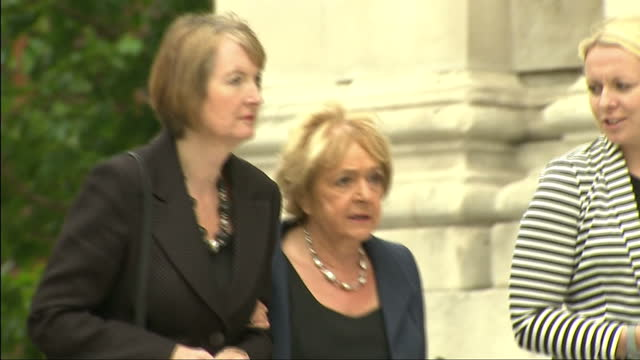 vídeos de stock, filmes e b-roll de exterior shots harriet harman mp acting labour leader arrives at st pauls cathedral with margaret hodge mp for memorial service to remember victims... - margaret hodge