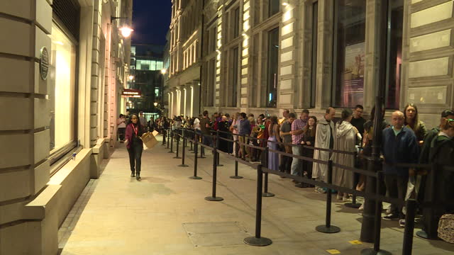 exterior shots harry potters fans queueing outside waterstones book shop ahead of the midnight release of 'harry potter and the cursed child'. on... - loslassen aktivitäten und sport stock-videos und b-roll-filmmaterial