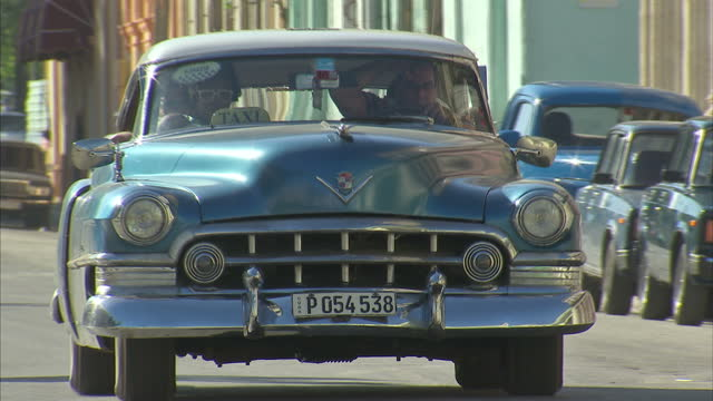 exterior shots havana street scenes traffic with old vintage cars driving on november 29 2016 in havana cuba - cuba video stock e b–roll