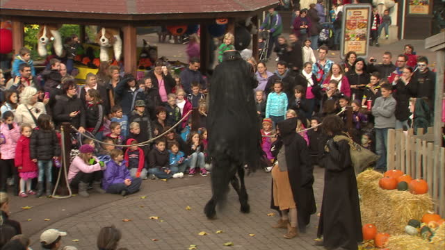 vídeos y material grabado en eventos de stock de exterior shots headless horseman arrives in market square at chessington world of adventures for halloween event on october 14 2014 in london england - decapitado