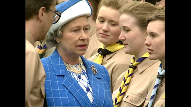 vídeos de stock, filmes e b-roll de exterior shots hm queen elizabeth ii inspecting scouts at scouts parade at windsor castle on april 26 1992 in windsor england - 1992