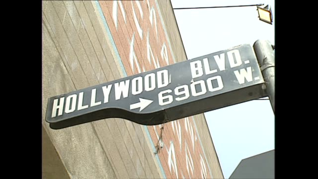 vidéos et rushes de exterior shots hollywood blvd street sign dinosaurs model on a rooftop of ripley's believe it or not museum hollywood boulevard traffic shots point... - hollywood boulevard