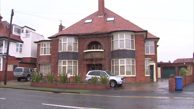 exterior shots home/house of david hockney artist in residential street complete with stained glass windows stone lion david hockney's bridlington... - bridlington stock-videos und b-roll-filmmaterial