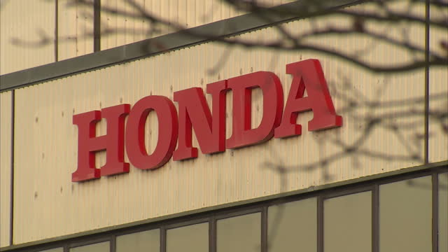 exterior shots honda sign on factory building exterior shots honda workers departing factory from various exits honda to cut 800 jobs at its uk... - ホンダ点の映像素材/bロール