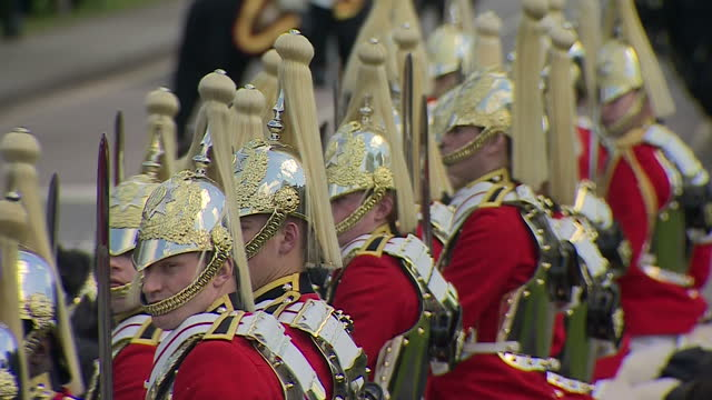 exterior shots horse guards on parade as part of uae president sheikh khalifa bin zayed al nahyan visit to uk uae president welcomed by the queen at... - 騎兵隊点の映像素材/bロール