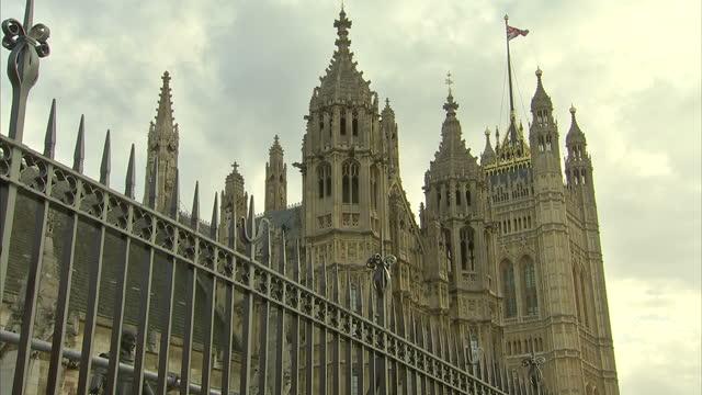 vídeos y material grabado en eventos de stock de exterior shots houses of parliament in westminster. royal mail undervalued by the government on october 24, 2013 in london, england - buzón postal